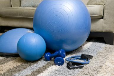 Træningsredskaber hjemme i stuen. God måde at få fysisk energi på og selvomsorg.