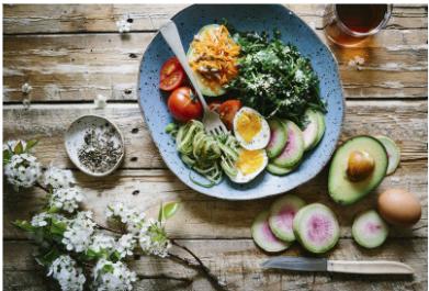 Skål med sund mad, god måde at få selvomsorg og passe på os selv fysisk.